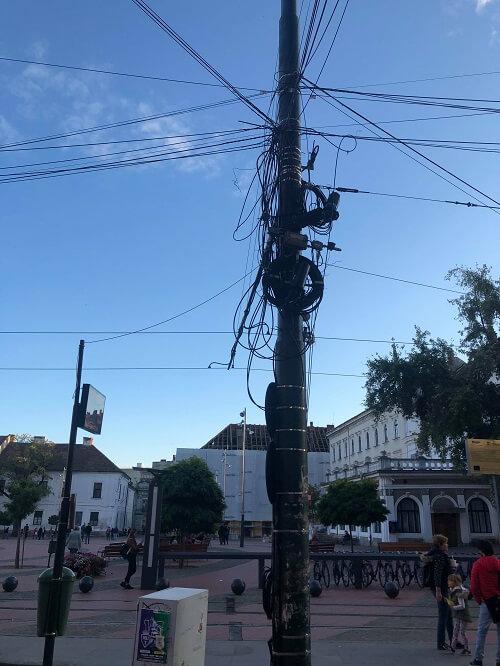 Cabluri pe stâlpi în Piața Libertății Timișoara